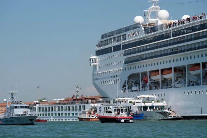 Navio de 13 andares bate em cais e em barco turístico em Veneza