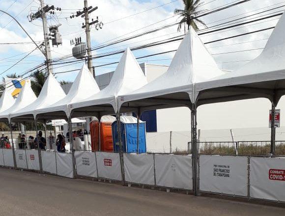 Após tendas e cadeiras, banheiros para beneficiários do auxílio emergencial