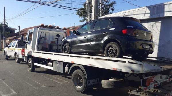 Carro que fazia transporte irregular de passageiros é apreendido em Campos, no RJ