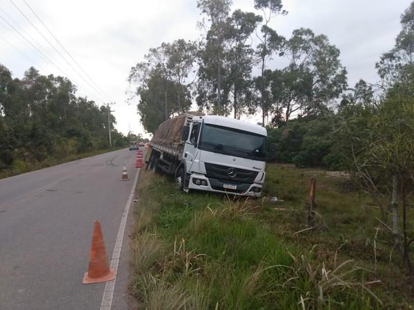 Caminhão com carga de produtos de limpeza roubada é recuperado após perseguição em São João da Barra, no RJ