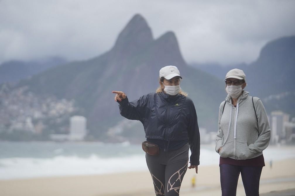 Em dia com previsão de máxima de 19°C no Rio, clientes usam até cobertor em quiosque; veja fotos
