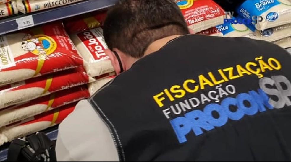 Procon notifica 21 supermercados no 1º dia de fiscalização para evitar alta de preços do arroz e do óleo em São Paulo