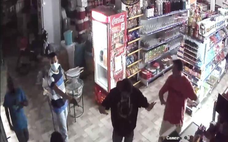 Bandidos armados assaltando comércio em SFI