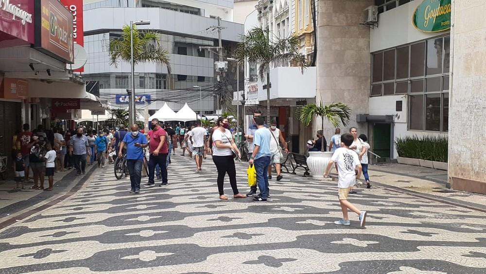 Comércio de rua de Campos, RJ, abre em horário estendido neste sábado