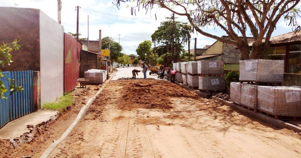 Prefeitura trabalha na conclusão de calçamento de rua em Guaxindiba