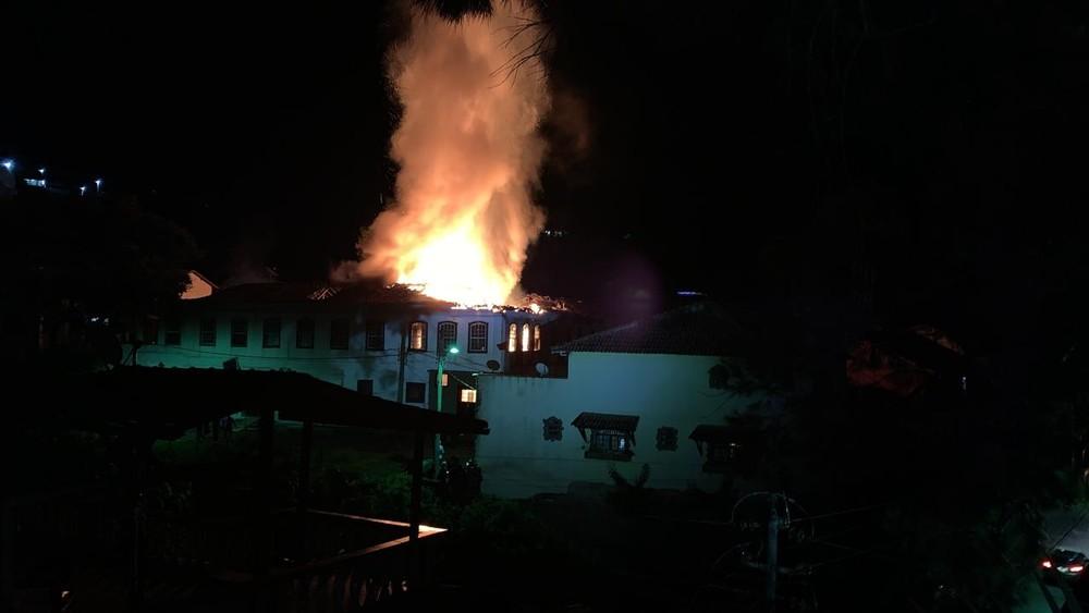 Incêndio de grandes proporções destrói casarão histórico da Fazenda da Grama, em Rio Claro