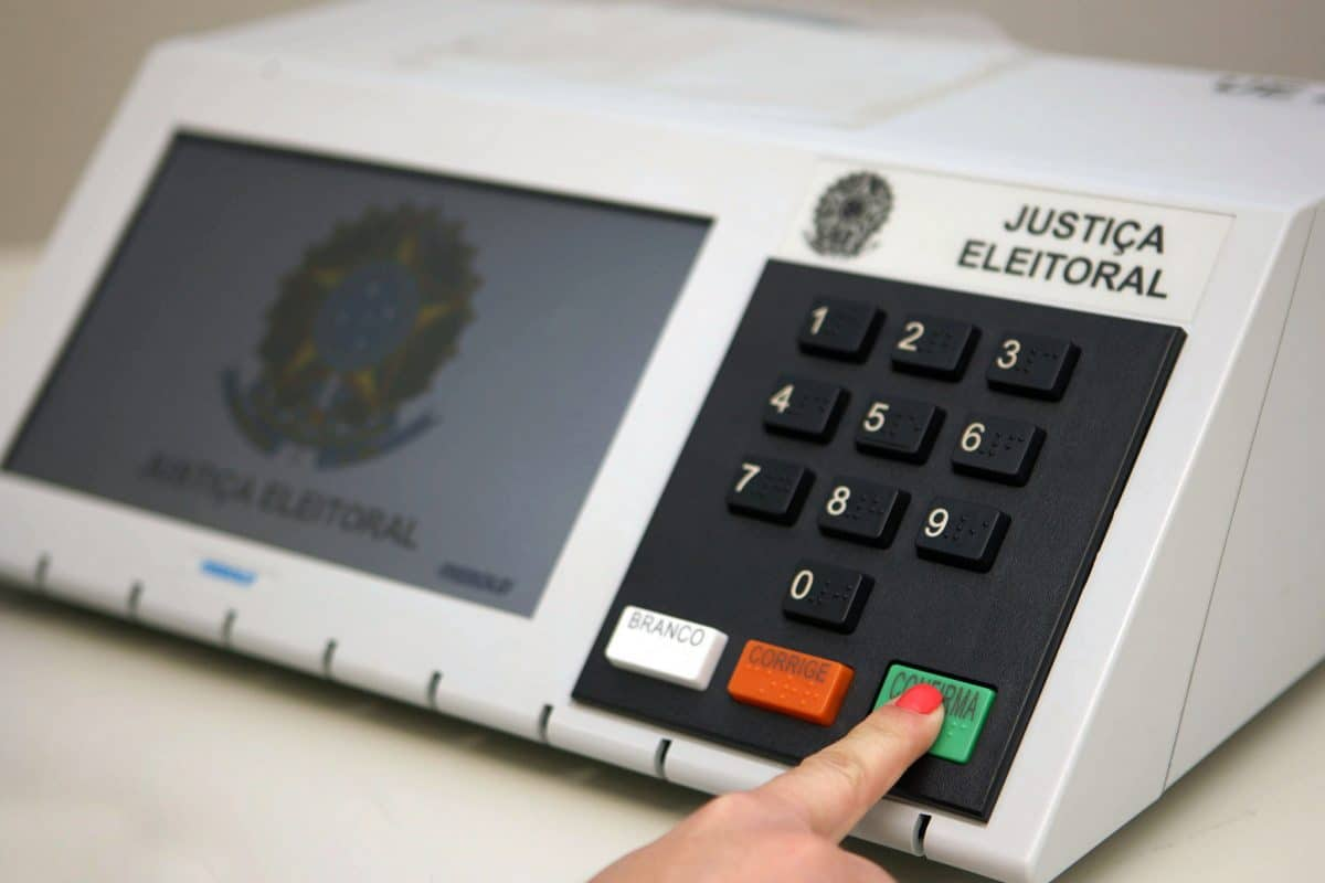 Comparecimento de 70% dos eleitores no 2º turno é fato a 'ser celebrado', diz presidente do TSE