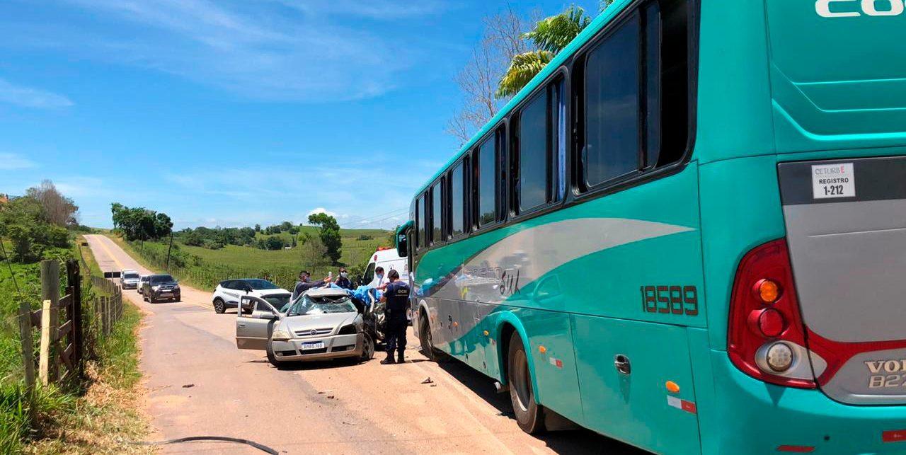 Acidente entre carro e ônibus mata duas pessoas e deixa feridos em Presidente Kennedy