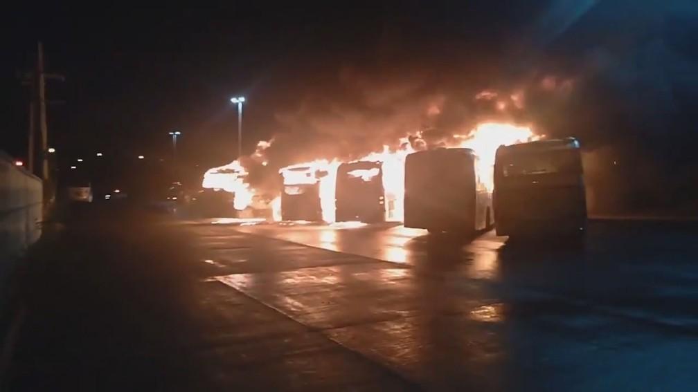 Seis ônibus do BRT são incendiados na Cidade Universitária, Zona Norte do Rio