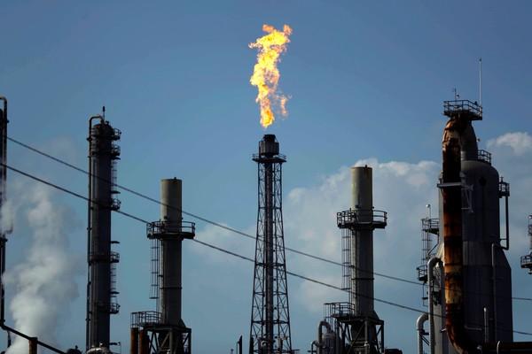 Petróleo fecha em alta, nos maiores níveis em nove meses