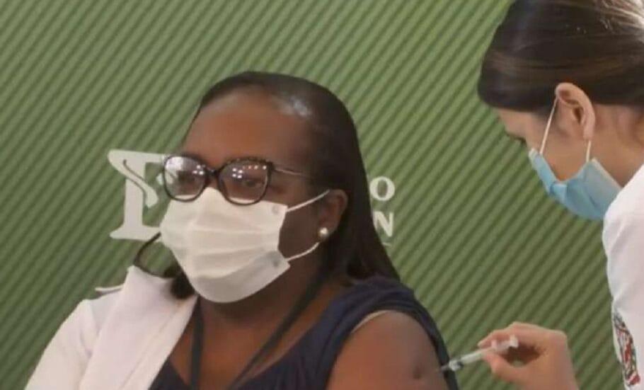 Mulher, negra e enfermeira recebe 1ª dose da CoronaVac