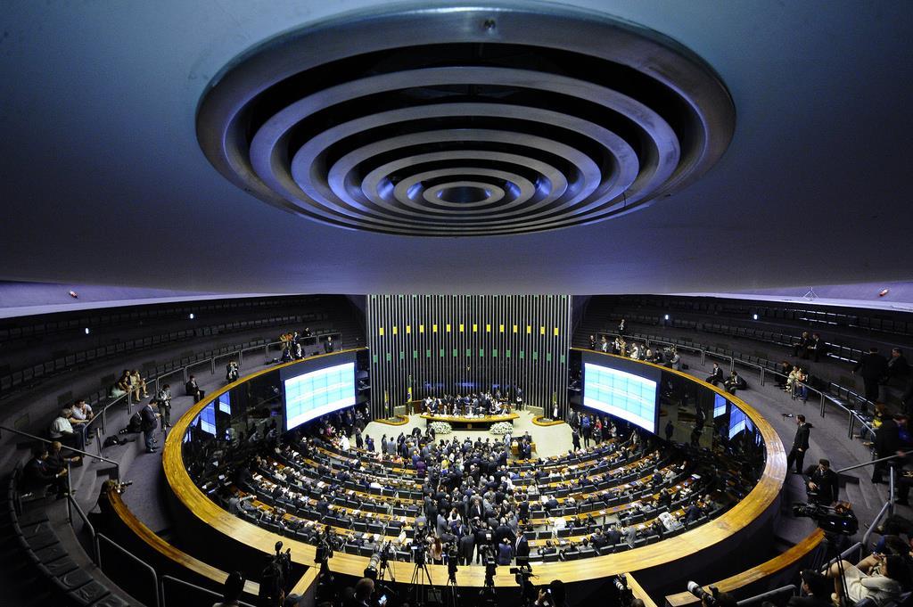 Câmara inclui na pauta desta quarta PEC que dificulta prisão de deputados e senadores