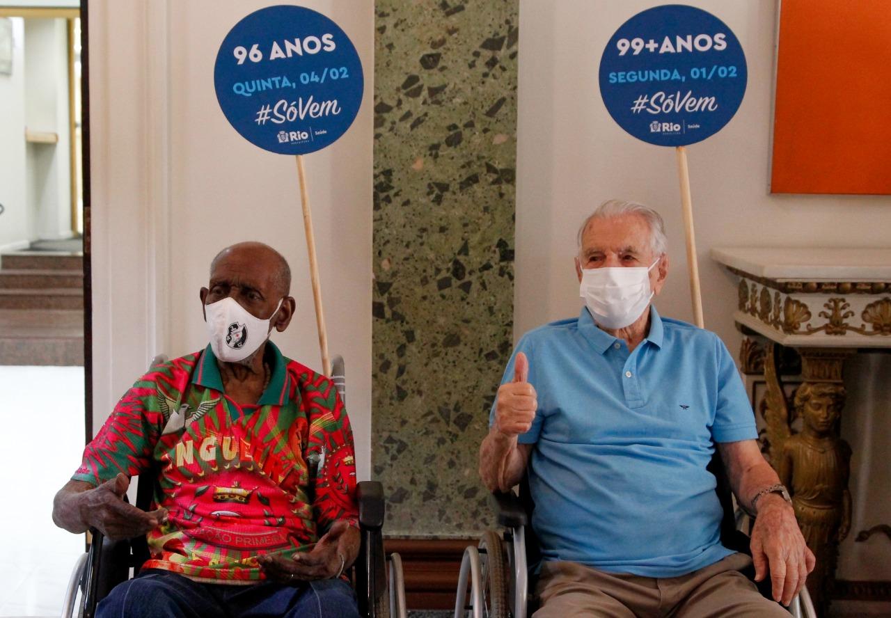 Ator Orlando Drummond, intérprete do Seu Peru, e músico Nelson Sargento são vacinados em cerimônia simbólica de nova fase da campanha no RJ