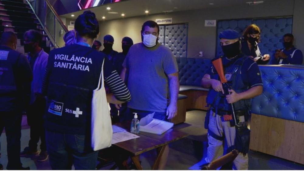 Prefeitura aplica multas e interdita estabelecimentos por aglomeração no Rio