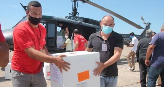 Remessa com segunda dose da CoronaVac chega ao aeroporto Bartolomeu Lisandro