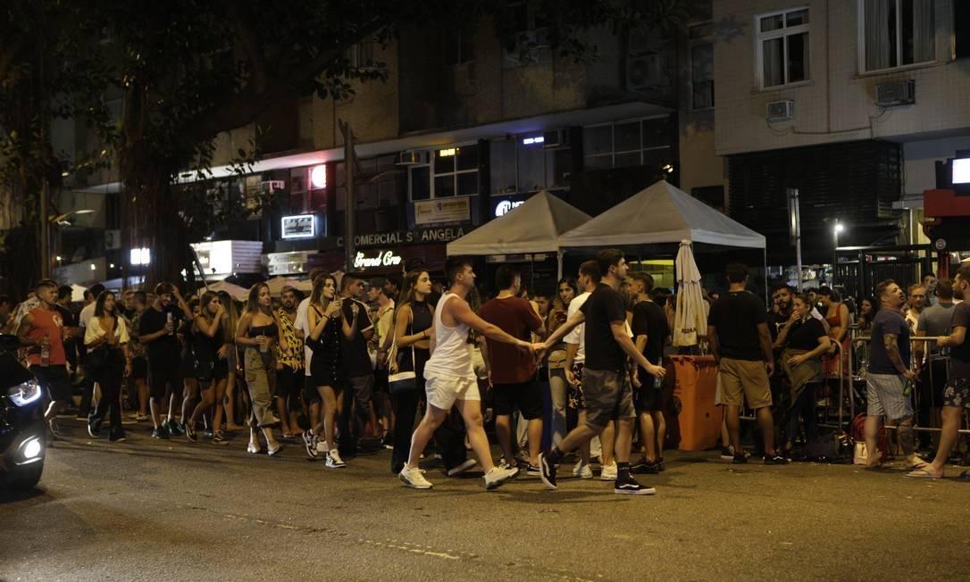 Cenas de aglomeração no Rio são propícias para transmissão da Covid-19 e UTIs podem lotar novamente, diz infectologista