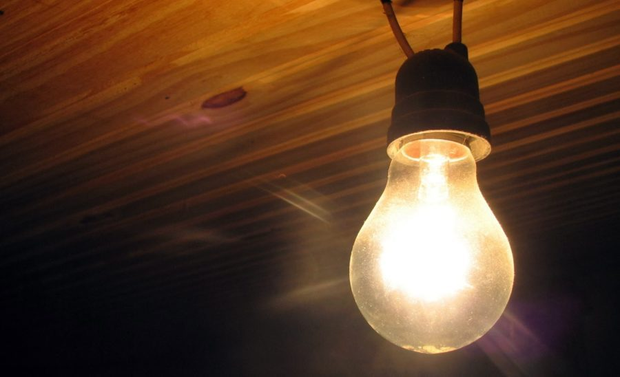 Aneel proíbe corte de luz de família de baixa renda; medida vale até 30 de junho