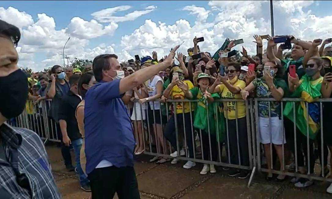 Manifestantes fazem ato de apoio a Bolsonaro em Brasília e no Rio; presidente critica governadores e prefeitos e faz ameaças
