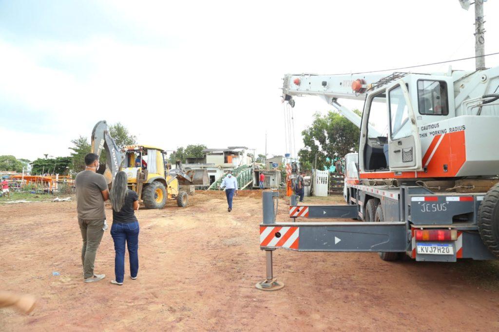 Empresa especializada inicia trabalhos para retirar destroços da passarela que caiu em Gargaú