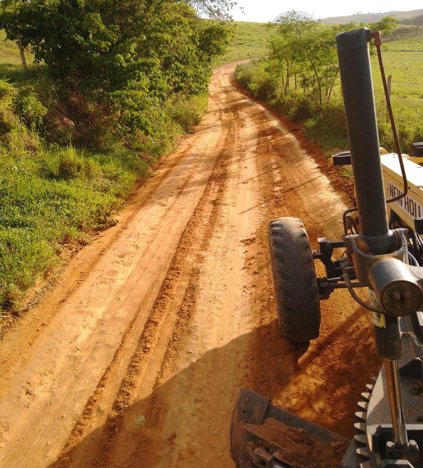 Prefeitura recupera estradas vicinais do município