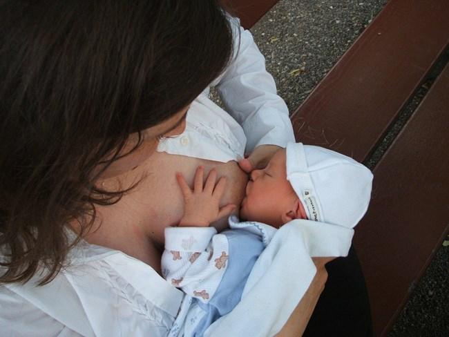 Estudo aponta que leite materno de vacinadas contra covid-19 tem anticorpos