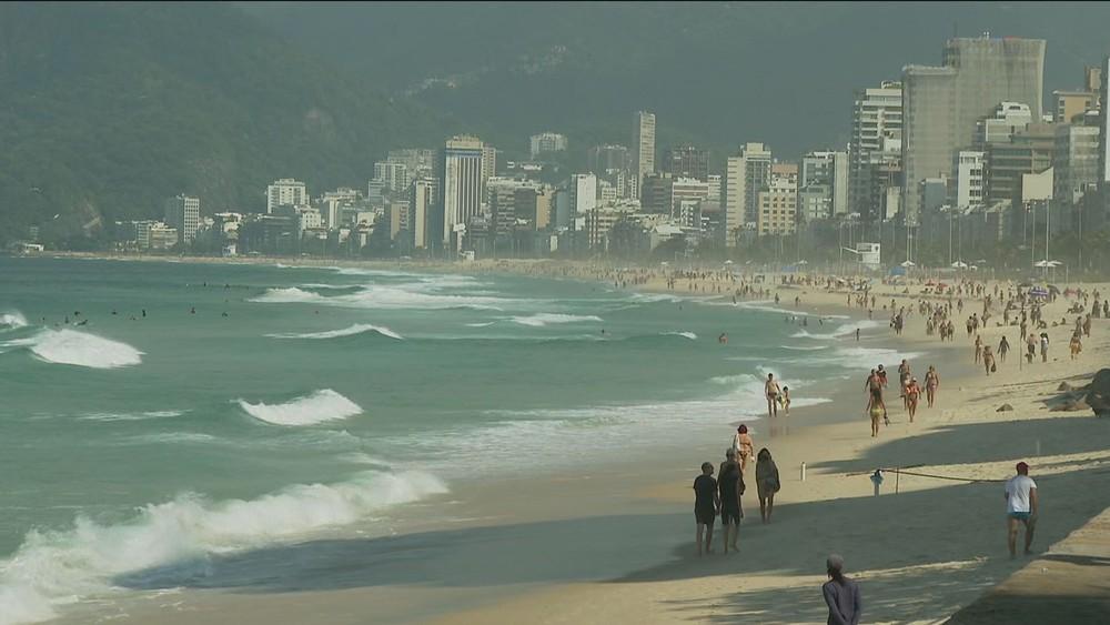 Cariocas voltam a desrespeitar restrições e vão à praia neste domingo