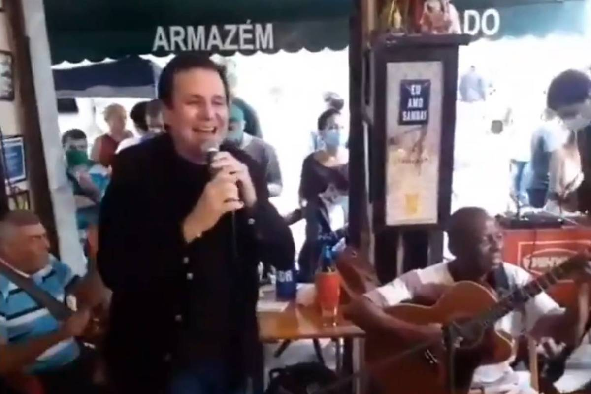 Paes pede desculpas por cantar sem máscara em bar no Centro do Rio