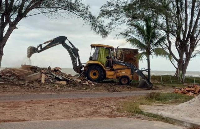 Demolição de quiosques na Praia de Guaxindiba em cumprimento de decisão judicial