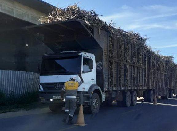 Fiscalização da Emtransfi para coibir excesso de carga em caminhões de cana