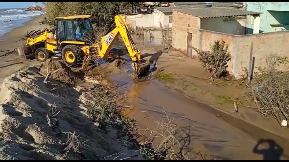 Mar agitado destrói barragem de contenção em Atafona e água atinge casas em São João da Barra, RJ; VÍDEO