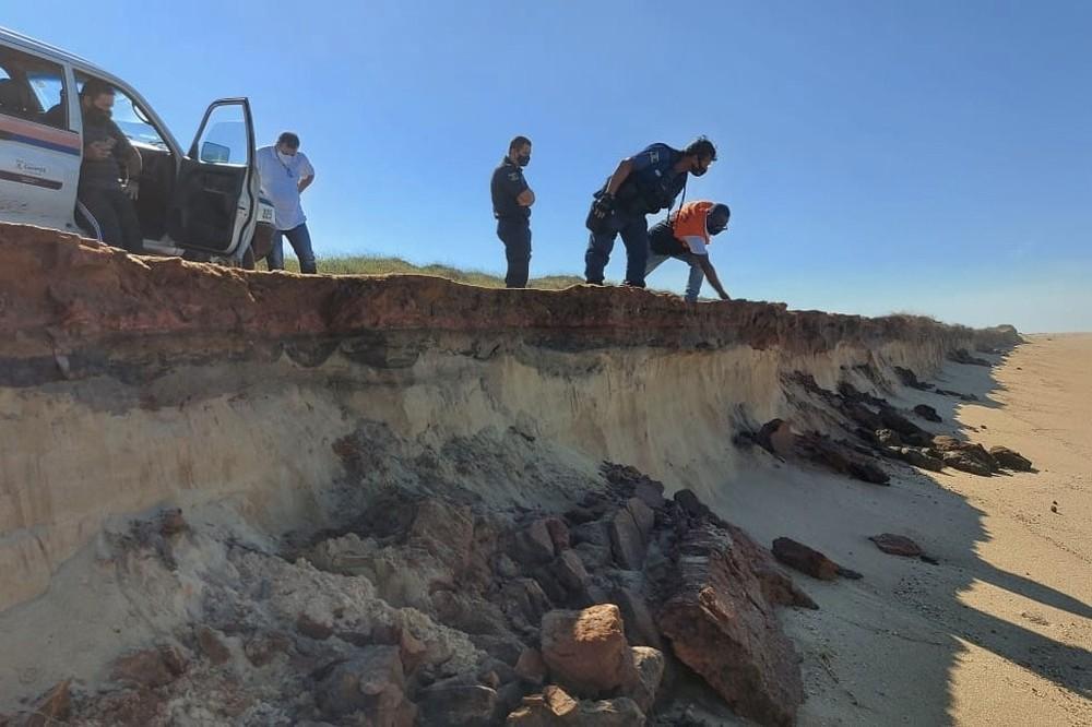 Frente fria chega com alerta de ressaca com ondas de mais de 3 metros; Contenção de areia é reforçada em Atafona, no RJ