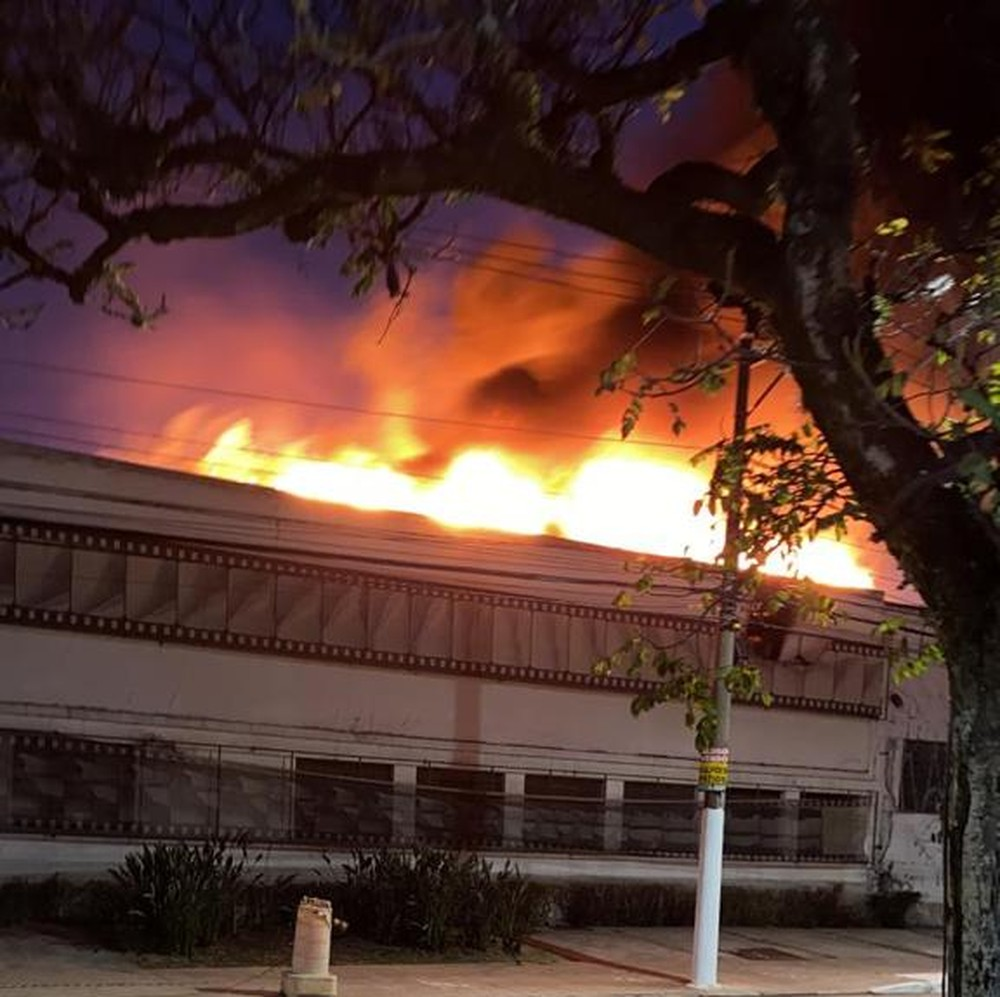 Bombeiros controlam incêndio em galpão da Cinemateca Brasileira na Vila Leopoldina, Zona Oeste de SP; veja vídeos
