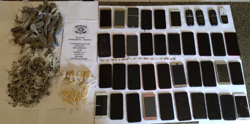 Policiais penais encontram 40 celulares e drogas em celas de presídio em Campos, no RJ